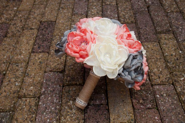 Boeket stof, satijn en jute, handgemaakt, bruiloft, bruidsboeket, koraal, creme, grijs door JustLoveFlowers op Etsy