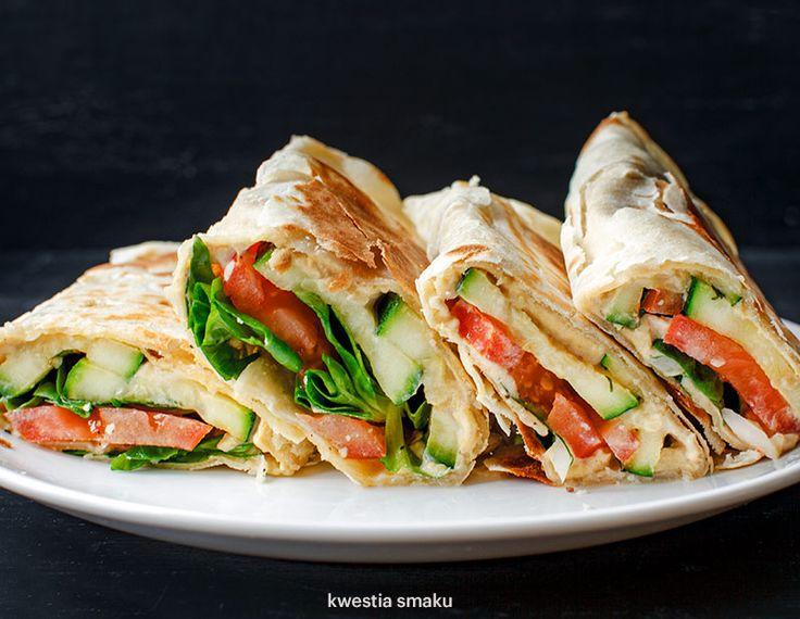 Burrito z hummusem i warzywami