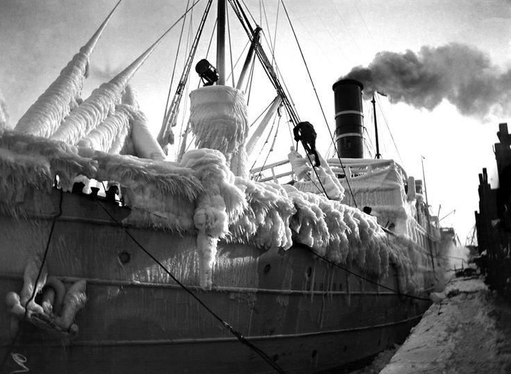 Ss Oihonna jään peitossa. Kuva: Helsingin kaupunginmuseo / Ivan Timiriasew 1923.