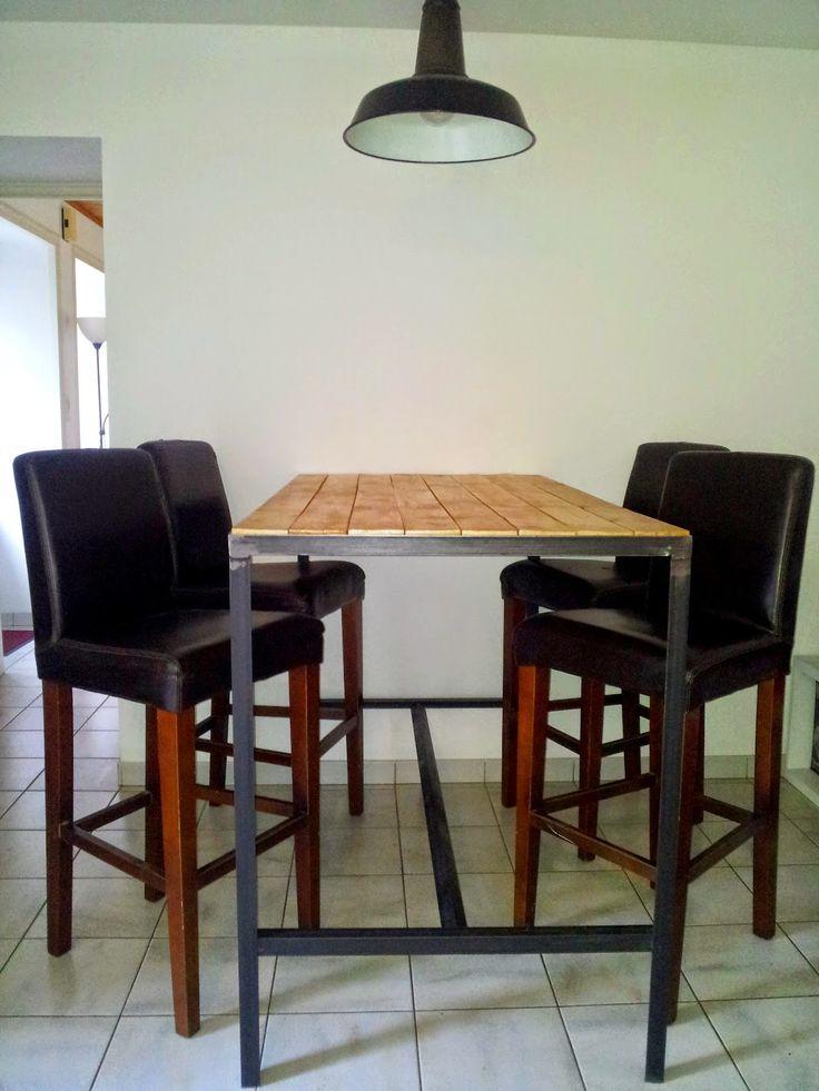 Table haute, fabrication artisanale. Cadre en acier brut noir et plateau en bois vernis mat.  Ergonomique et agréable. Style indus, ...