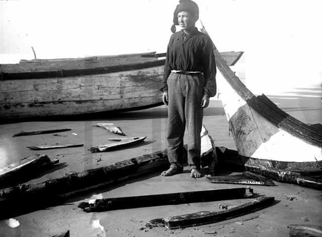 Costa da Caparica (1929) Naufrágio na Costa da Caparica. Francisco Pinto, de 14 anos, que se salvou a custo. Arquivo Nacional Torre do Tombo