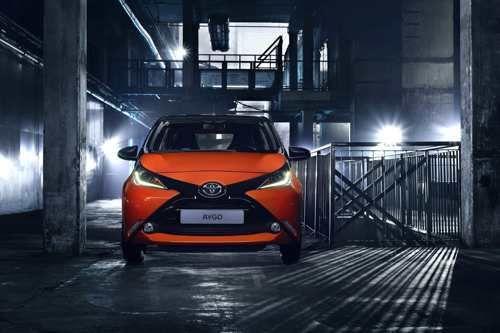 Toyota AYGO - Utilitaria tuttofare   Lunga 3.455 mm, larga 1.615 e alta 1.460 mm, la seconda generazione della Toyota AYGO si svela a Ginevra all'insegna di uno stile decisamente più accattivante di prima. Una linea che è anche funzionale all'efficienza aerodinamica, come dimostra il Cx di appena...