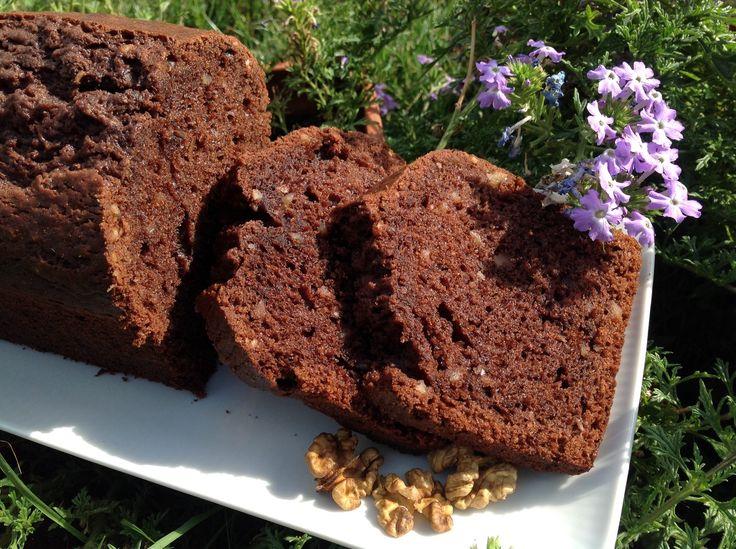 Dieser Schokoladen- Walnuss- Kuchen ist ein einfach und schnell gebacken. Ein lockerer und saftiger Kuchen, dem man nicht widerstehen kann.