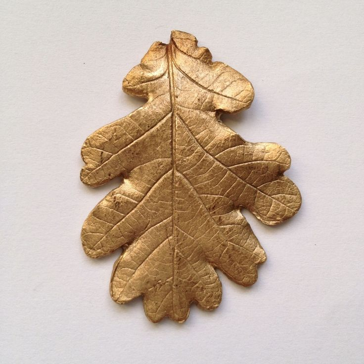 Réplique de feuille en bronze montée sur un support de broche.Pièce unique entièrement réalisée dans notre atelier de Lausanne.Envoi dans une pochette cadeau.
