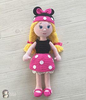 Muñequita amigurumi disfrazada de Minnie, con un completo conjunto de ropita para cambiarse.