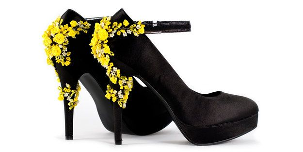 Хотите, чтобы мужчины долго смотрели вам вслед? Выберите туфли на оригинальных каблучках, которые будут кокетничать вместо вас. Любопытные варианты дизайна – тюбики губной помады или цветочные гирлянды - надеваются на КАБЛУКИ, как чехлы. Читайте подробнее WMJ.RU http://www.wmj.ru/moda/tendencii/samaya-modnaya-obuv-vesny-2015/?page=2