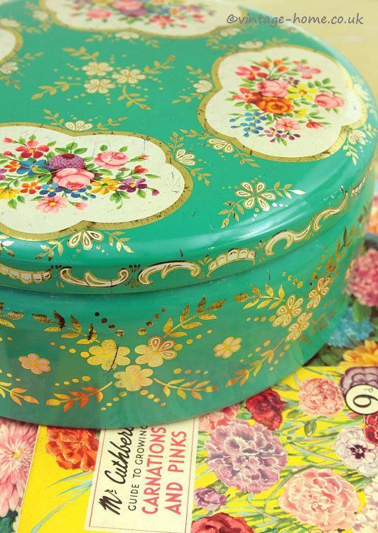 Wow, weer zo'n mooi blik. Bij het zien van deze blikjes wordt je keuken lichter en vrolijker.  Vintage Home Shop - Pretty Vintage Floral Cake Tin: www.vintage-home.co.uk