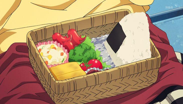 Bento con onigiri, omelette, verdura, polpo, ecc.                                                                                                                                                      More