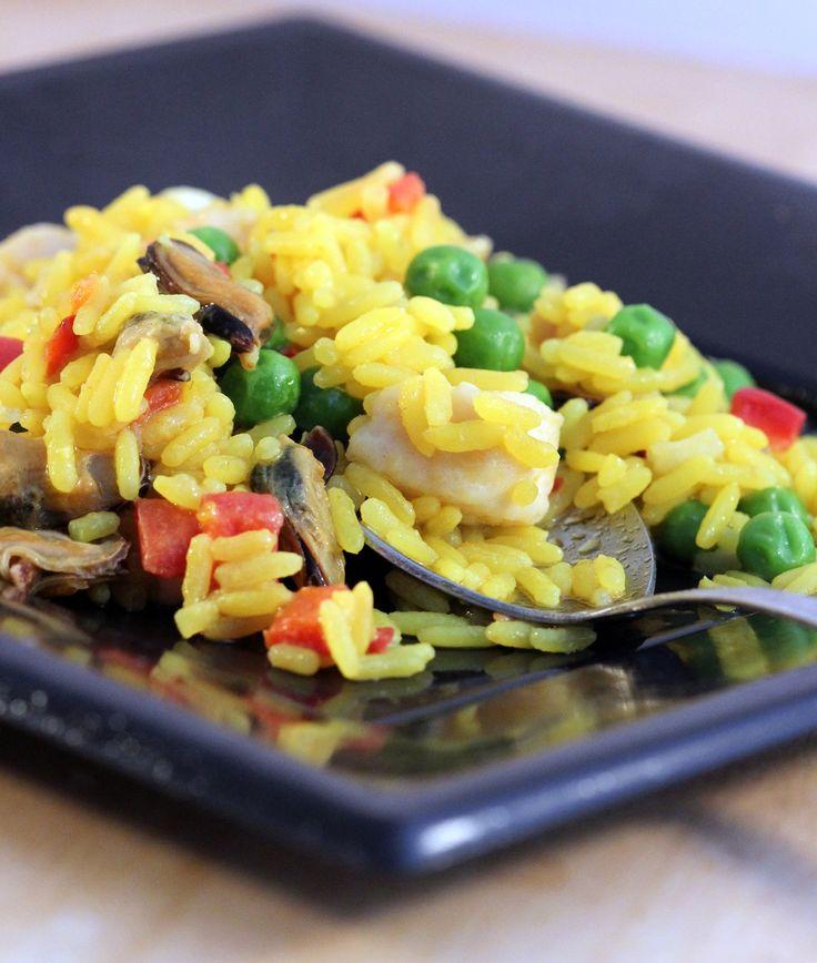 La paella di carne e pesce è un piatto tradizionale della cucina valenciana in Spagna, il piatto é a base di riso, zafferano, carne e pesce. E' simile al risotto italiano e viene preparato nella tipica padella da cui prende il nome, la paella, in Italia normalmente si cuoce nella wok.