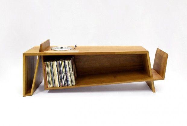 Folded Record Bureau by HM HandMade. Console-tourne disque en bois réalisée par le designer britannique Hugh Miller de HM HandMade.