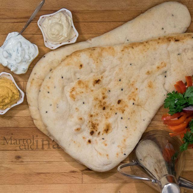 Naan, pane indiano     Preparazione: 20 minuti Cottura: 15 minuti Riposo: 90 minuti    India. Non posso nominarla senza farmi prendere dalla nostalgia, dai ricordi, dai colori e dai profumi che fanno