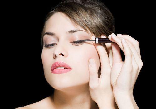 Tips Para Maquillar La Piel Mixta.  Contenido1 Maquillaje para piel mixta1.1 Aplica la base de maquillaje para que tengas una piel unificada 1.2 Aplica los polvos traslúcidos para disminuir los brillos de la cara1.3 Aplica sombras de ojos en polvo 1.4 Delinea tus párpados con un ... Ver más aquí: https://formasdemaquillarse.com/tips-para-maquillar-la-piel-mixta/