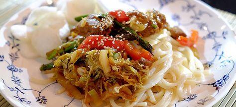 Deze udon noedels met roergebakken groenten en varkenshaas in hoisinsaus staan in een half uur op tafel. Hier het heerlijke recept.
