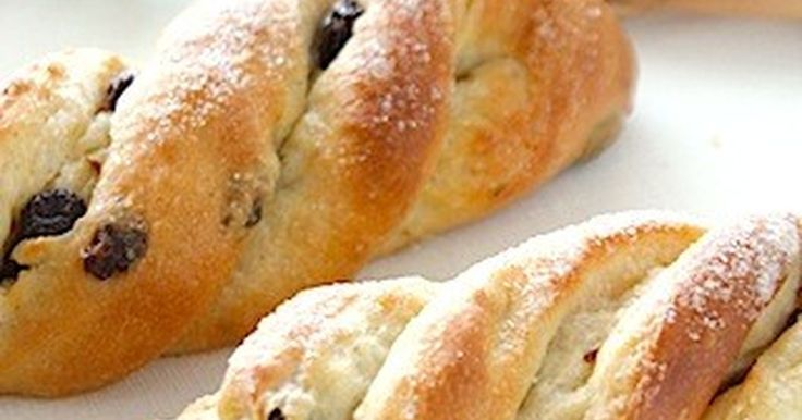ふわっふわなパンにバターとグラニュー糖がたっぷり♡ツイスト型のかわいいパンです♫レシピは息子の好きなレーズン入りでご紹介