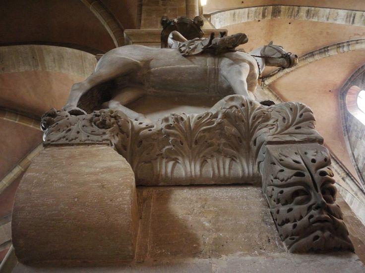 Der Bamberger Kaiserdom St. Peter und St. Georg ().  An dem Tag an dem wir den Dom in Bamberg besuchten regnete es wie aus Eimern zu allem Übel kam noch hinzu dass der ganze Dom eingerüstet war daher gibt es hier wenige Bilder vom Außenbereich.  Was mich am Bamberger Dom am meisten begeistert ist der Bamberger Reiter auch Domreiter genannt denn er steht auf einem Green Man (Blattmaske ). Der Domreiter ist die älteste erhaltene mittelalterliche Plastik die einen Reiter darstellt und wurde…
