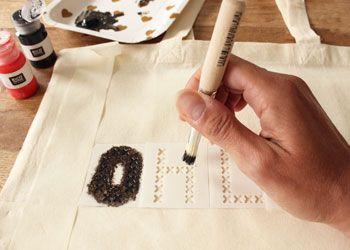 Zelf aan de slag met een katoenen tas en textielverf... Oh la la! #knutselen #DIY #Moederdag #Valentijn