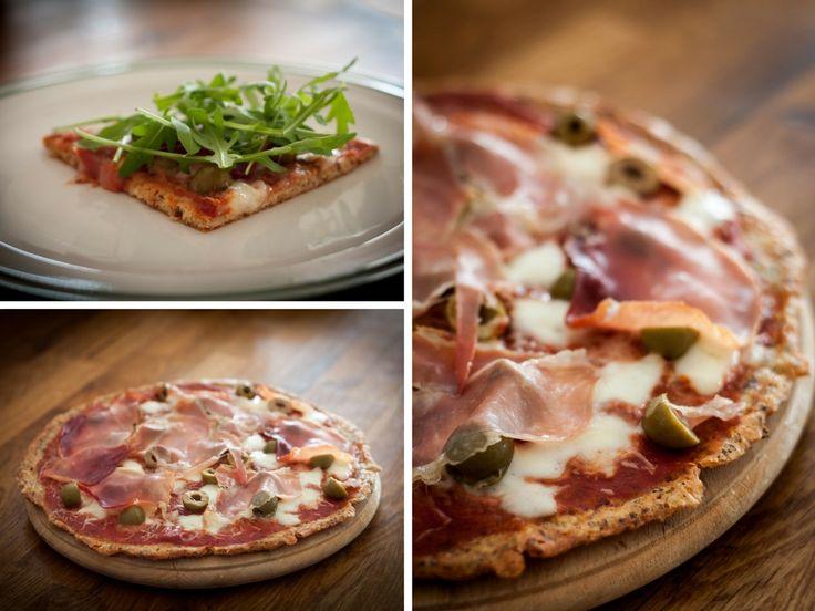Gluténmentes pizza sajtos tésztával.  Hozzávalók: -10 dkg reszelt zsíros sajt (mozzarella, scarmorza stb..) -2 nagyobb tojás -2 ek. őrölt lenmag -2 ek. liszt (lehet nyílgyökér-, kókusz-,hajdina-, vagy bambuszrost liszt is) -1/2 tk. sütőpor