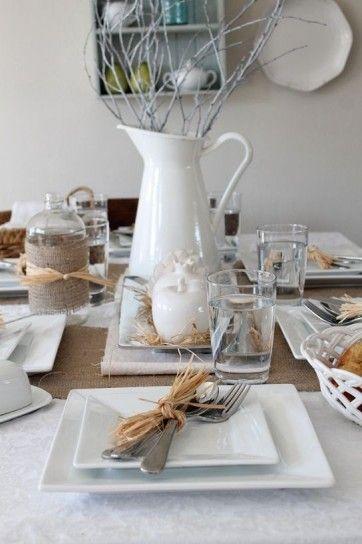 Apparecchiare la tavola stagionale con elementi naturali