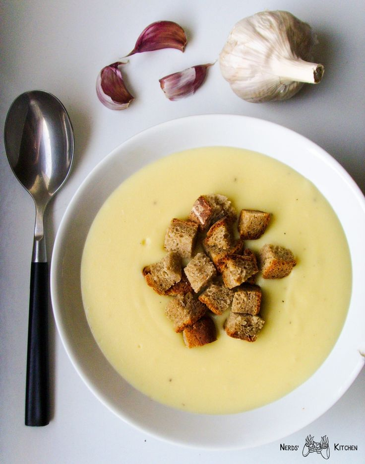 Zupa czosnkowa to jedna z naszych ulubionych. Jest ona niezwykle aromatyczna, robi się ją dość szybko i nie wymaga specjalnych umiejętności kulinarnych.