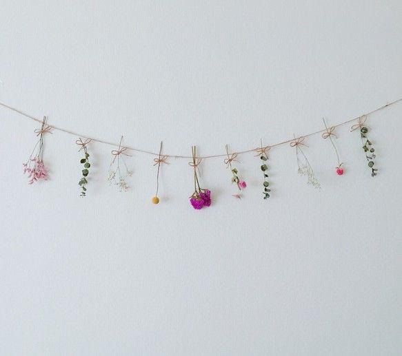 あざやかなお花たちがお部屋を華やかな雰囲気にしてくれます♡お花は、カスミ草スターチス(2種類)ユーカリストロベリーフィールズ(2種類)ビリーボタン以上の7種類でお作りしています。お花大きさ:約7〜15cm 紐の長さ:約130cm * ✯*・ :.。 ◌ * ✯*・ :.。 ◌ * ✯*・ :.。ドライフラワードライフルーツドライスパイスドライハーブキャンドル花材押し花押花 キャンドル用ボタニカルボタニカルキャンドル押し花キャンドルワックスプリザーブド手作り材料バーパラフィンワックスソイワックス蜜蝋スワッグミモザレジンアナベル紫陽花カスミソウ