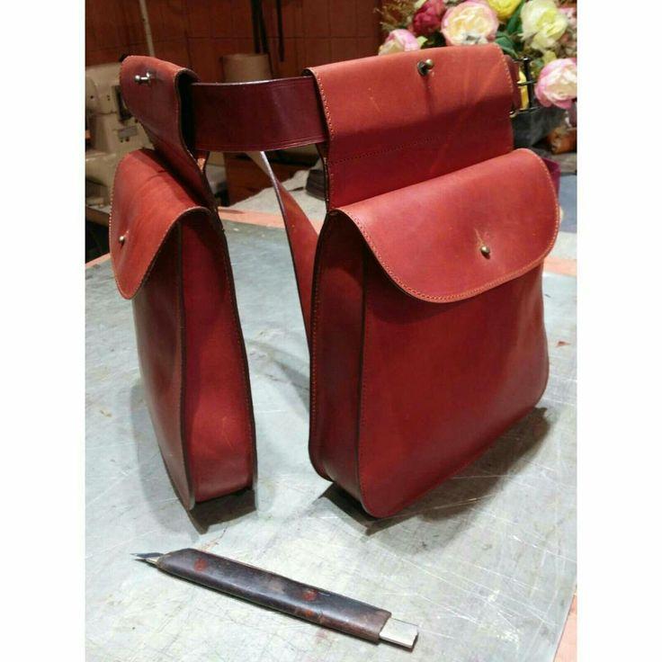 Bolsa de ojeo fabricadas en cuero engrasado y curticion vegetal, con capacidad para 100 cartuchos. #handicraft #artisan #leathercraft #leather #leatherwork   #leathergoods #custom#handcut #handsew#leatherbags #madeinspain
