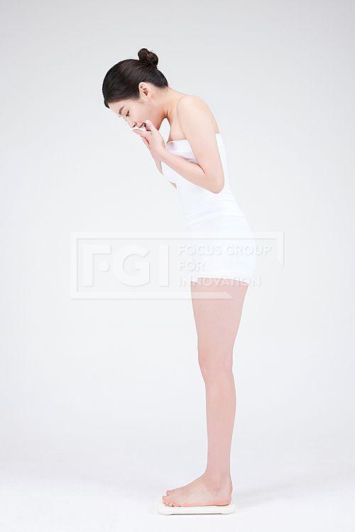 뷰티다이어트 345, PHO410, 프리진, 사진, 뷰티, 다이어트, PHO410g, 컨셉, 의료, 성형, 의료성형, 동양인, 아시아, 젋은, 예쁜, 20대, 깨끗한, 단정한, 미용, 건강, 한국인, 여자, 사람, 1인, 얼굴, 피부, 자신감, 아름다운, 포즈, 미소, 웃음, 몸매, 관리, 몸매관리, 전신, 측면, 옆모습, 서있는, 체중계, 무게, 몸무게, 측정, 재는, 내려다보는, 쳐다보는, 성공, 만족, 신난, 기쁜, 입, 가리고있는, pho410 #유토이미지
