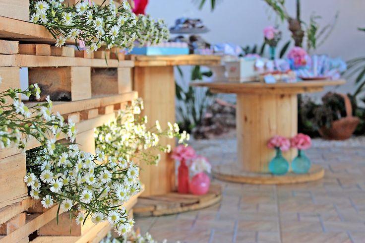 Uma mesa nada tradicional! Mesa do bolo e doces com palet