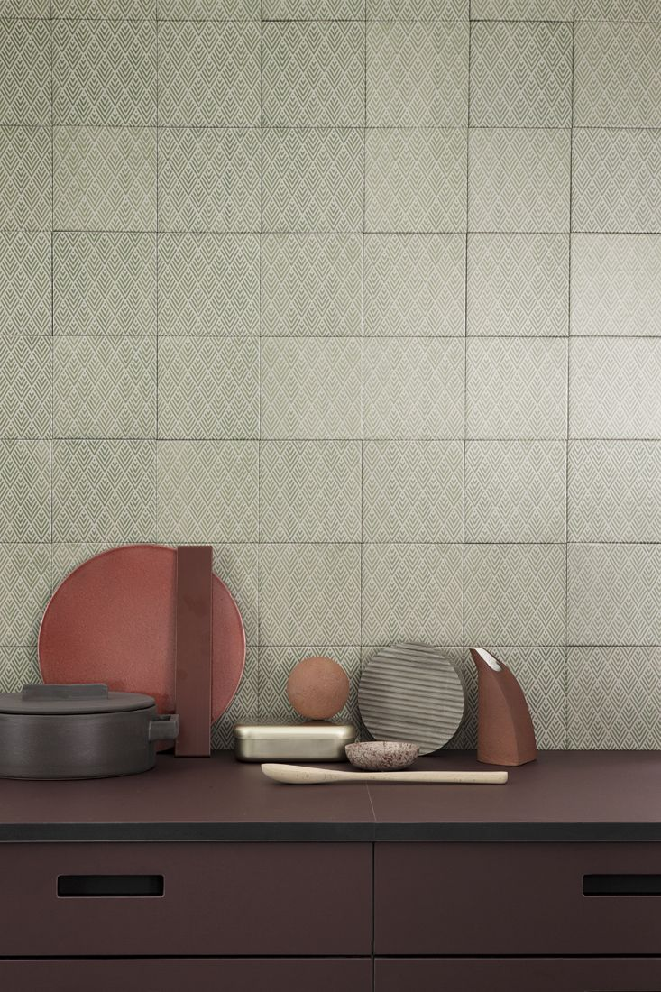 15x15 cm tiles in clay with the motif Edo Art Deco from File Under Pop and kitchen cabinets in the color Burgundy from &Shufl | Photographer Heidi Lerkenfeldt