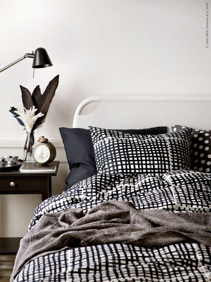 DUKEN sängstomme, HEMNES avlastningsbord, UPPBO arbetslampa, BJÖRNLOKA RUTA påslakan, GURLI pläd.