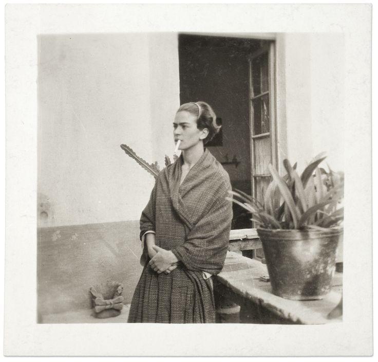 IlPost - Frida Kahlo nella Casa Azul, in una foto anonima del 1930 (©Frida Kahlo Museum)