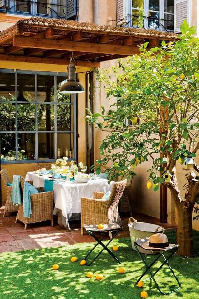 terrasse essbereich holz überdachung rattan möbel kunstrasenteppich zitronenbaum