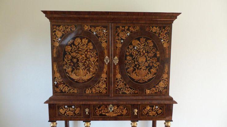 Работы, великобритании, времен конца 17 начала 18 века. Формат прямоугольный, маркетри, так называемой, жасмин из орехового дерева, туземцы окрашенные, гравировка и подогревом, представляющих цветов, листьев, бабочек, птиц, и rinceaux, на фоне дерева, табака. Он открывает на передней панели, две двери декор медальонами и четыре écoissons, вход в замки и ключи тираж, который обнаруживает, что внутри образуют двенадцать ящиков с рукоятки висящий на бронзовой обрамление широкого диапазона…
