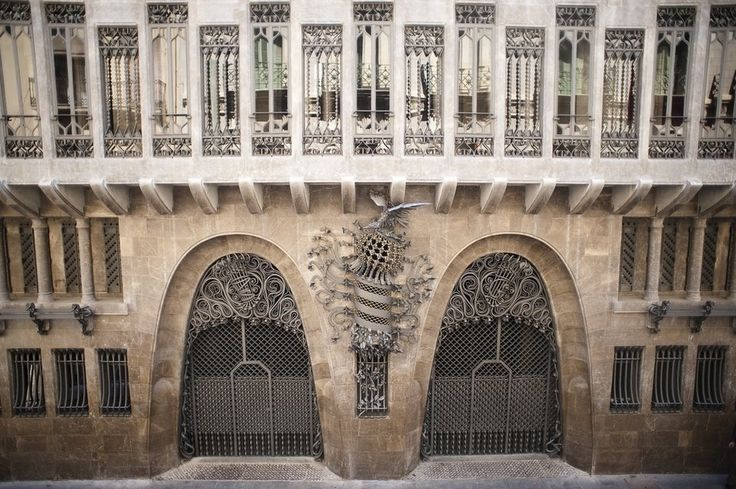 """El Palau Güell es una mansión diseñada por el arquitecto Antoni Gaudí para el magnate industrial Eusebi Güell, y construido entre 1886 y 1888. Está situado en la calle Nou de la Rambla, en el barrio de El Raval de la ciudad de Barcelona en Cataluña, España. Es parte del Patrimonio de la Humanidad """"Obras de Antoni Gaudí"""". La casa se centra en una sala principal para los huéspedes de la alta sociedad de entretenimiento. Los huéspedes entraron en la casa en carruajes tirados por caballos a…"""