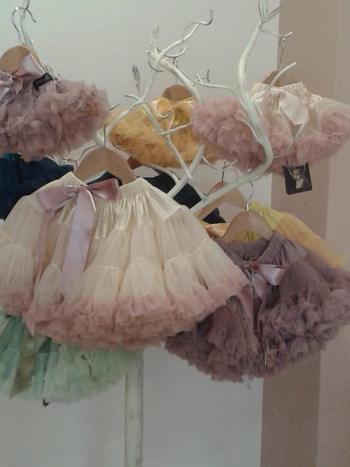 Το δεντράκι μας έχει γεμίσει με τις υπέροχες φούστες Dolly που τόσο αγαπάτε!!! Δείτε τα διαθέσιμα νούμερα και χρώματα εδώ: http://plantheday.gr/index.php/doro-2/133-dolly-by-le-petit-tom