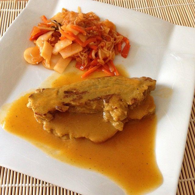 Filetes de seitán casero con salsa de verduras a la pimiento y vegetales chinos al wok