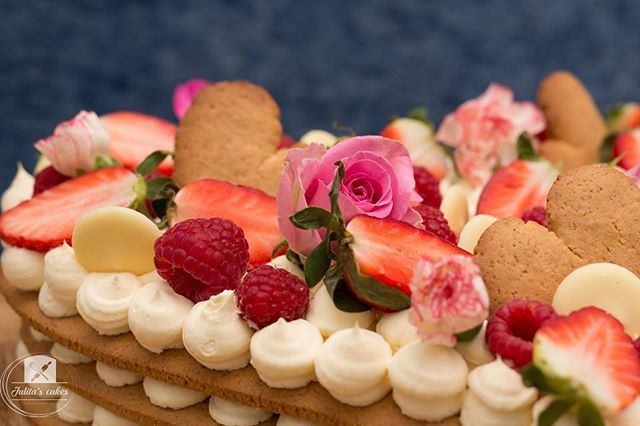 I love lively colours  Fresh flowers & fruits shine on top of the cake   . . . #cakes #cakestagram #instacakes #honeycake #cakedeaign #love #sweet #desserts #bakery #workingday #flavours #cakeflavor #freshflowers #beries #chocolate #strawberries #cakemenu #delicious #foodie #foodstagram #feedfeed #onthetable #thekitchen #baking #sgfoodie #f52grams #whattobake #yummyfood #beautifulcuisines #cakepics
