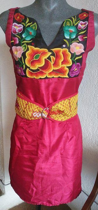 Vestido con flores tejidas a mano con gancho. Única talla.  DISPONIBLE para venta