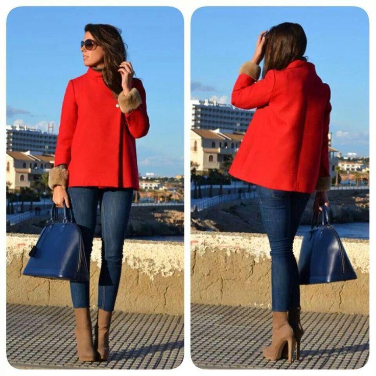 Chaqueta roja con jeans