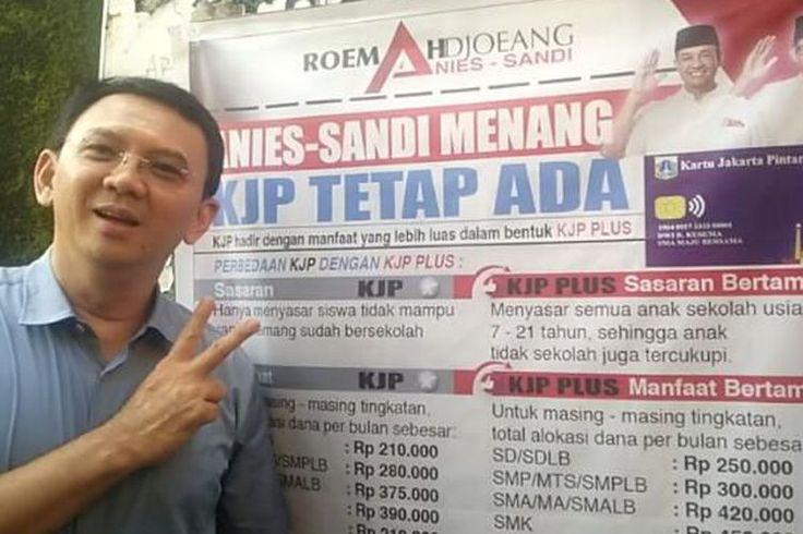"""Viral Foto Ahok Berpose 2 Jari di Depan Spanduk """"Anies-Sandi Menang, KJP Tetap Ada"""""""
