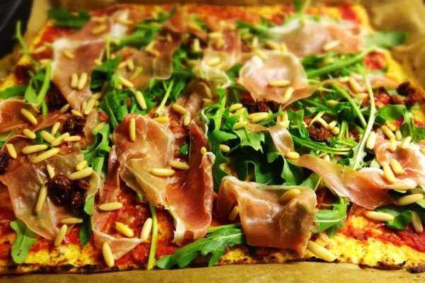 Leckere Paleo Pizza mit einem Boden aus Blumenkohl. 100% Glutenfrei und komplett ohne Mehl. Lecker als Paleo Pizza Parma, Hawaii oder Tonno.