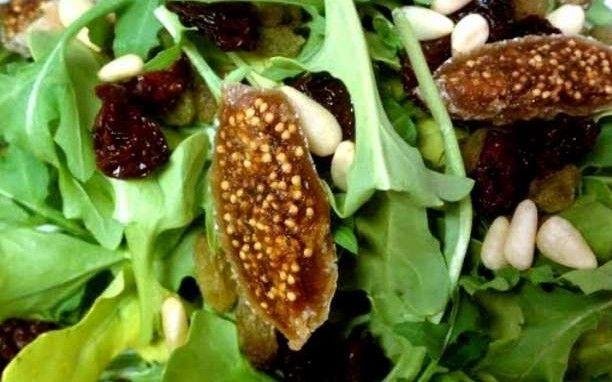 Συνταγή: Σαλάτα λαχανικών με σύκα και κουκουνάρι