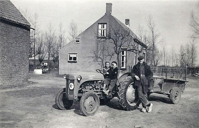 Seydlitsweg 1 anno 1956 op de ferguson Leen Guiljam en Bram de Jonge staand Toon Guiljam