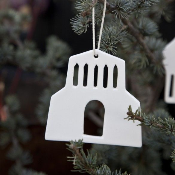 The handmade Urbania ornaments adorn the Christmas tree with their porcelain-white colour. The reflection of the warm Christmas candles lightly dances across the transparent glaze.
