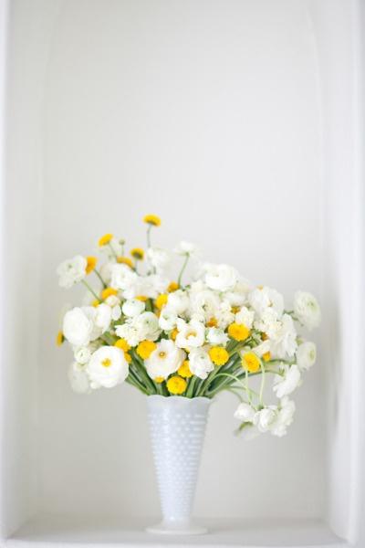 sunshine: Spring Flowers, White Flowers, Buttons Flowers, Glasses Vase, Floral Design, Flowers Arrangements, Events Design, Floral Arrangements, Milk Glasses