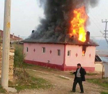 Sarıkavak köyünde bir evin çatısı yandı