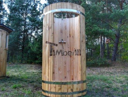 Doccia esterna in legno dopo sauna o vasca idromassaggio