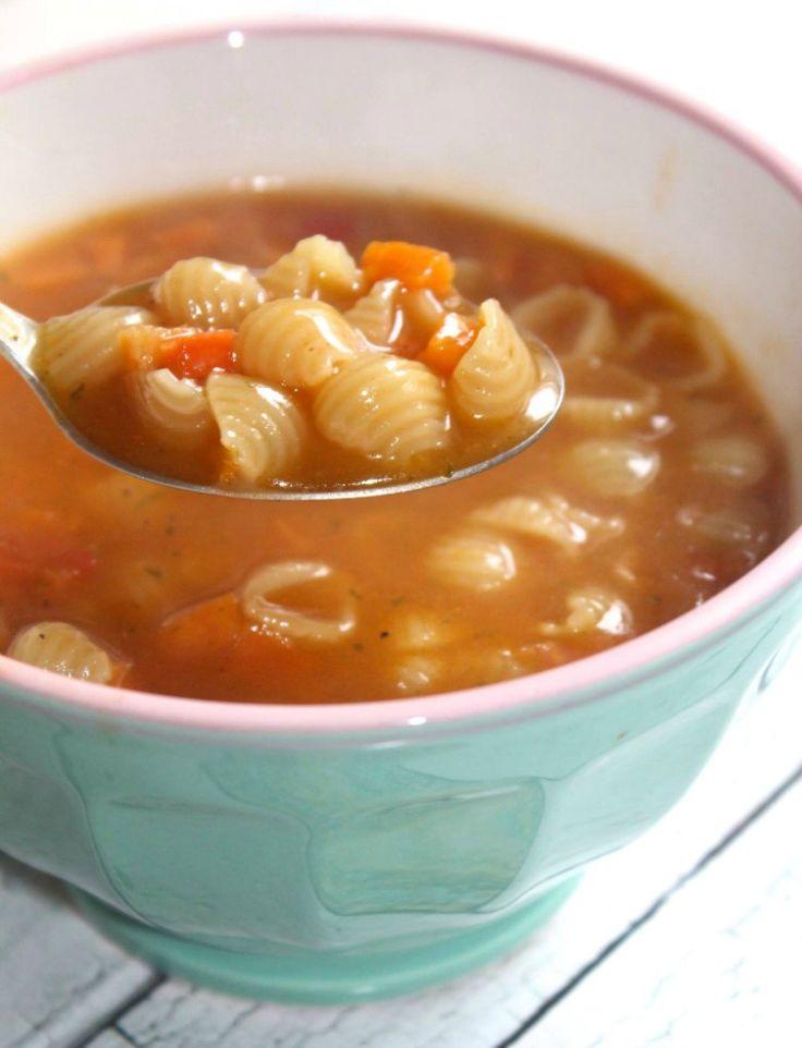 Had ontzettende zin in een lekkere conchigliette soep met kip, dus dan flans je dat ff in elkaar. Love it! Neem wat olie in een pan en snipper hier de ui in. Laat glazig worden.