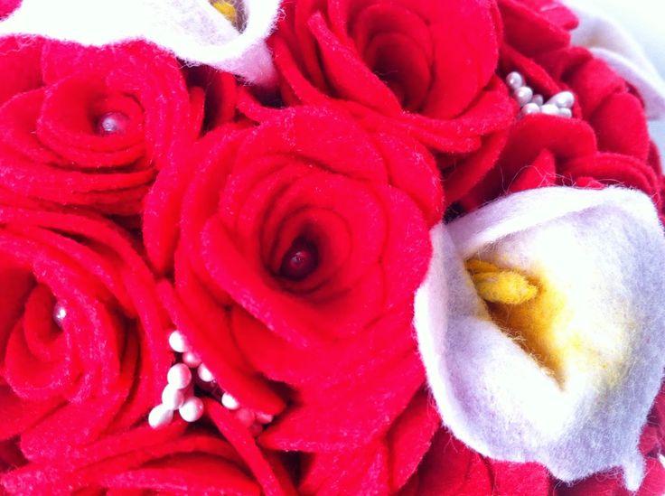Ramo de fieltro: calas y rosas rojas