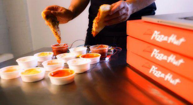 Pizza Hut canada ha deciso di organizzare un concerto a suon di pizza e salse! http://tuttacronaca.wordpress.com/2013/09/24/pizza-e-salse-a-suon-di-musica-video-del-concerto/