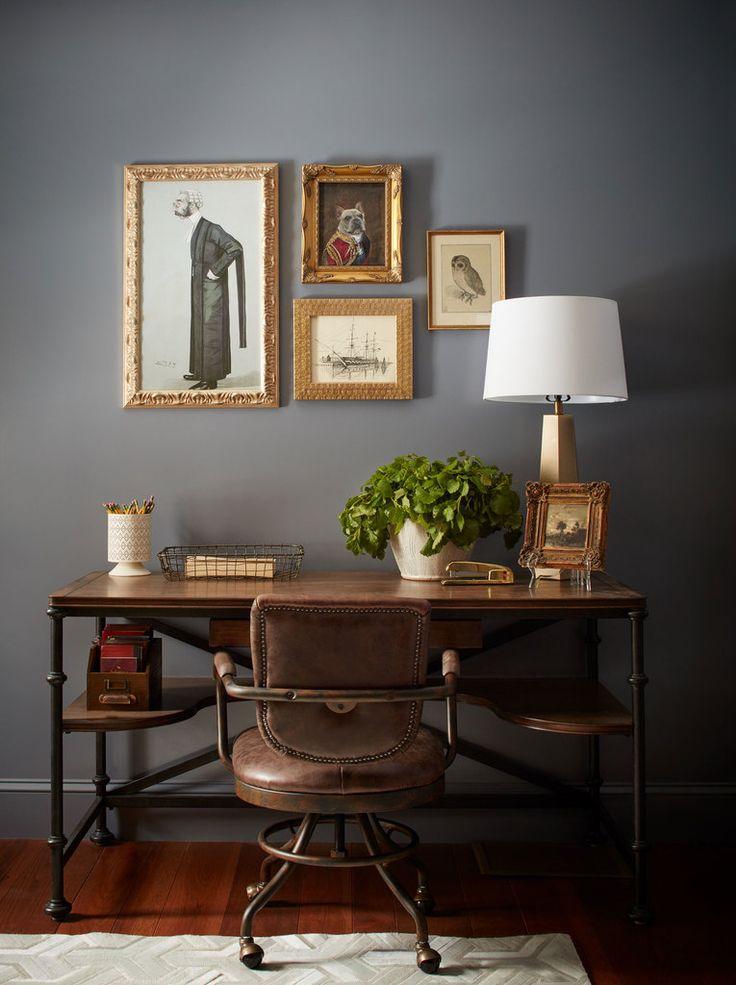 Дизайн кабинета традиционен, однако рабочий стол и кресло подобраны в стиле лофт.  (деревенский,сельский,кантри,традиционный,индустриальный,лофт,винтаж,стиль лофт,индустриальный стиль,мебель,архитектура,дизайн,экстерьер,интерьер,дизайн интерьера,домашний офис,офис,мастерская) .